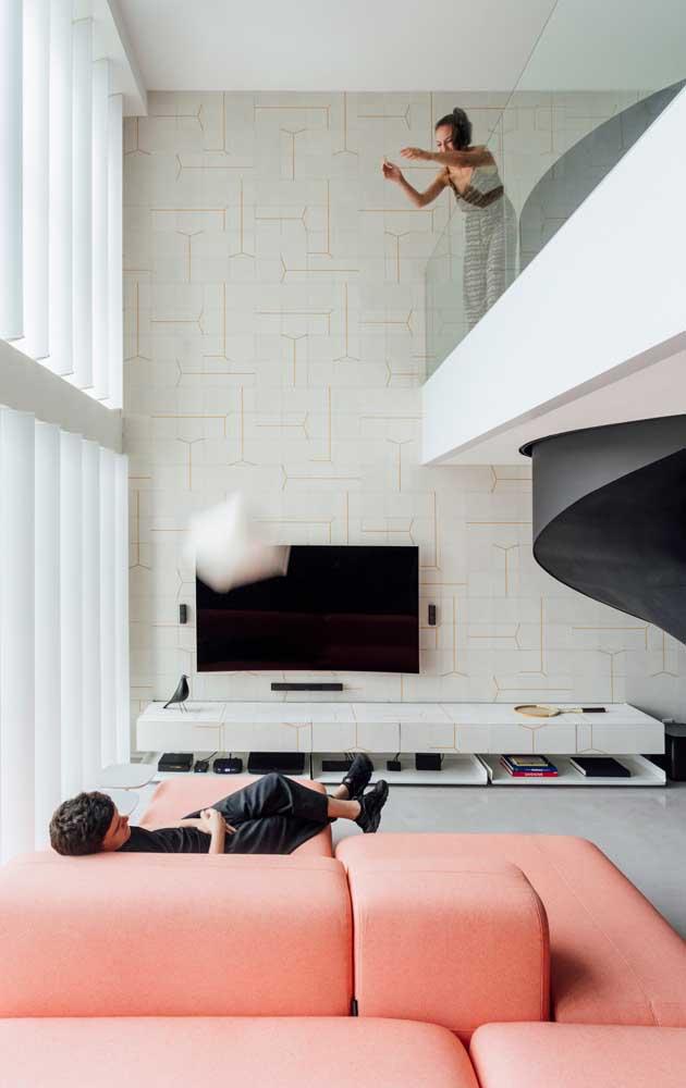 Casa contemporânea com mezanino decorada de modo elegante e clean