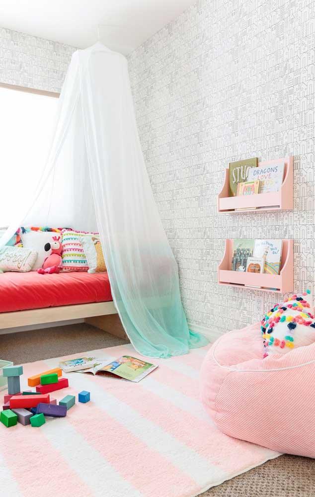 Quarto infantil decorado com tons suaves na base e cores quentes nos detalhes