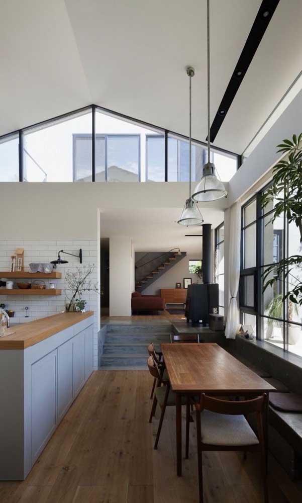 Casa decorada grande, integrada e perfeitamente iluminada; destaque para o uso dos tons neutros e da madeira