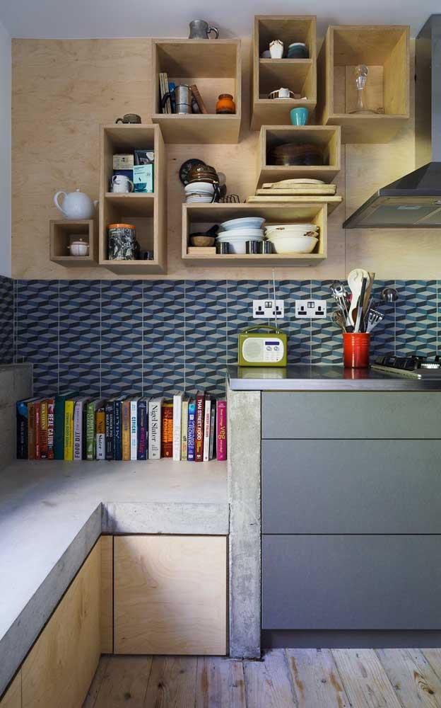 Cozinha moderna e jovial decorada com banco de concreto, nichos de madeira e livros, gostou?