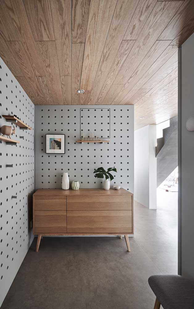 Casa decorada com paredes de pegboard, opção criativa e funcional para organizar os espaços
