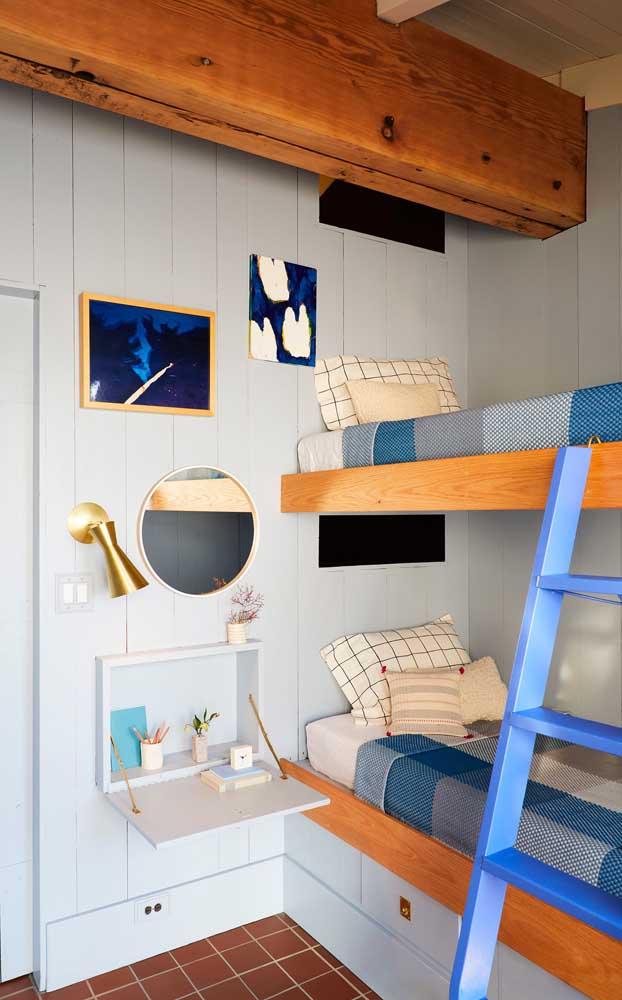 """Quarto juvenil decorado em estilo rústico; destaque para a cama beliche e o """"criado mudo"""" retrátil na parede"""