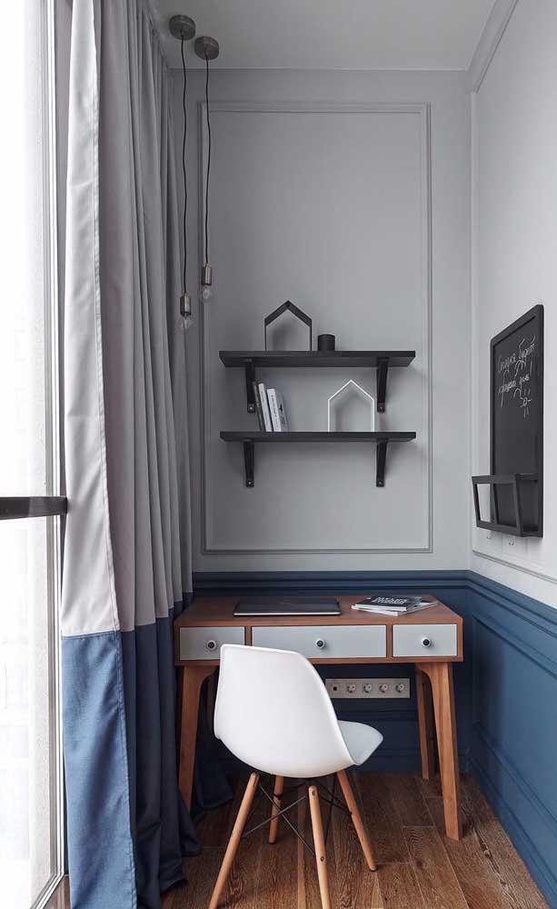 Pequeno e simples home office decorado com as boiseries em azul e branco