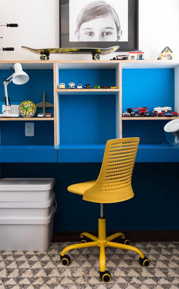 Escrivaninha para quarto azul contrastando com a cadeira amarela