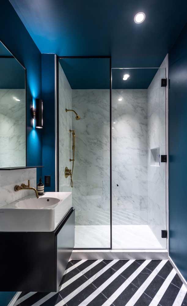 Cheio de sofisticação e modernidade, esse banheiro decorado impressiona pelo tom de azul profundo nas paredes e no teto