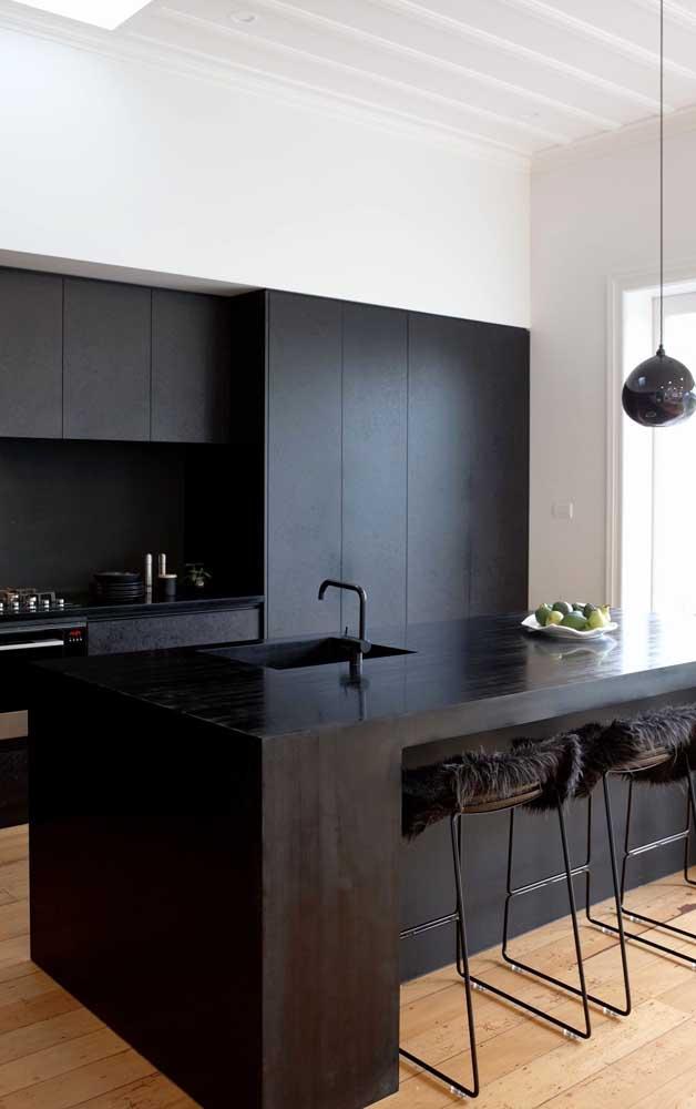 E se a cozinha da casa decorada é bem iluminada porque não apostar em armários pretos?