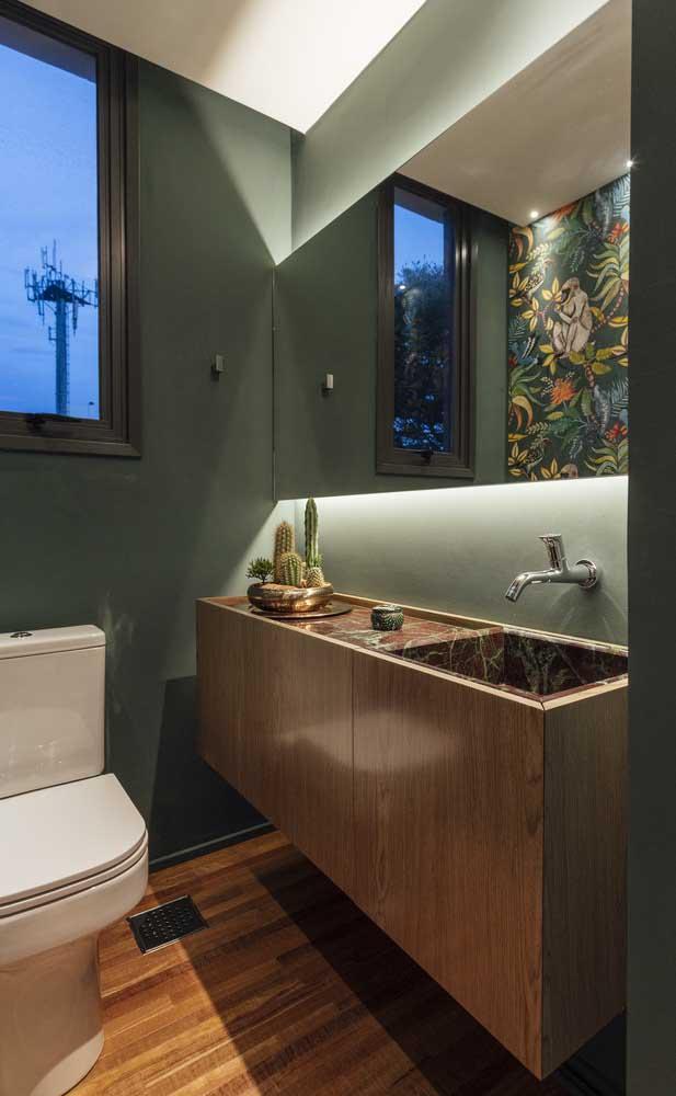 Que linda inspiração de lavabo decorado com cuba esculpida, papel de parede e iluminação difusa