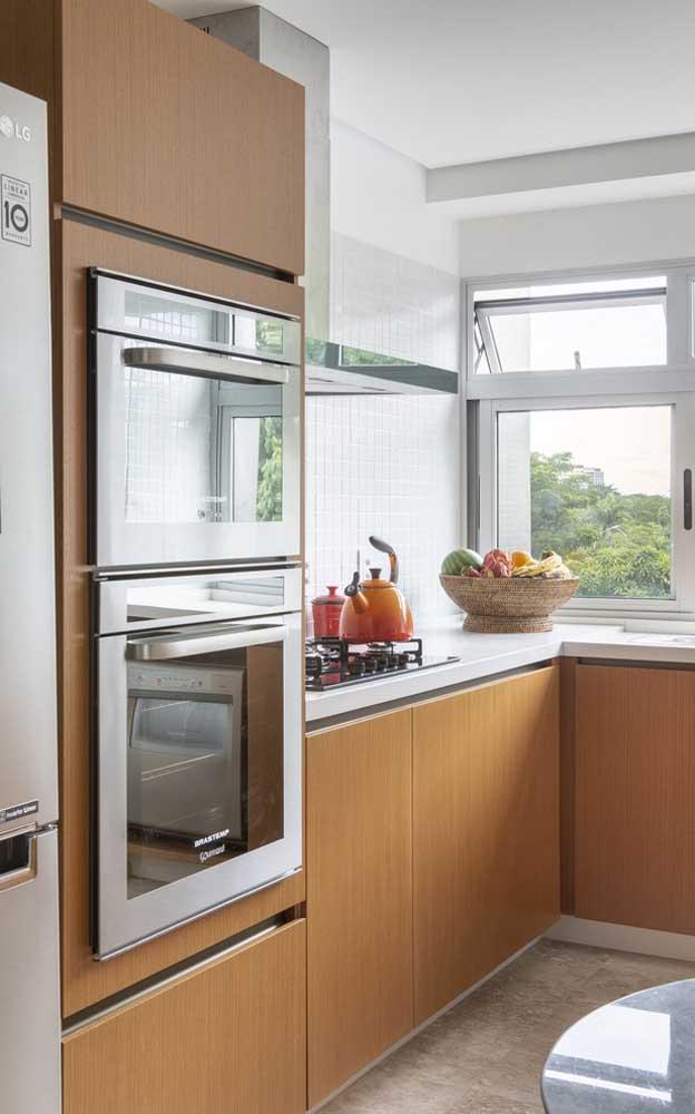 Uma cozinha decorada pra lá de charmosa e confortável, toda em madeira