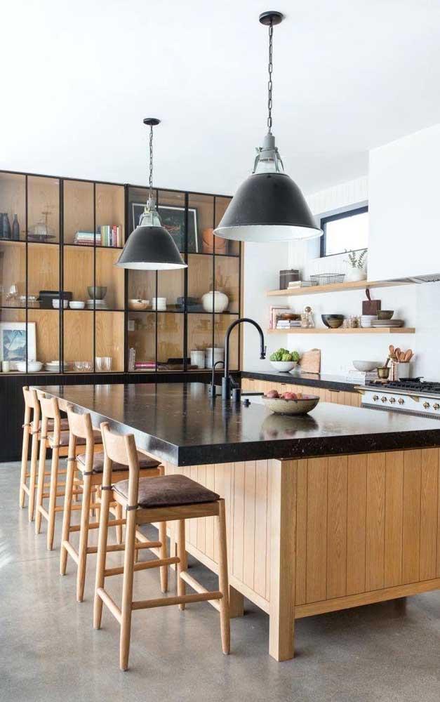 Cozinha gourmet ampla decorada com móveis de madeira