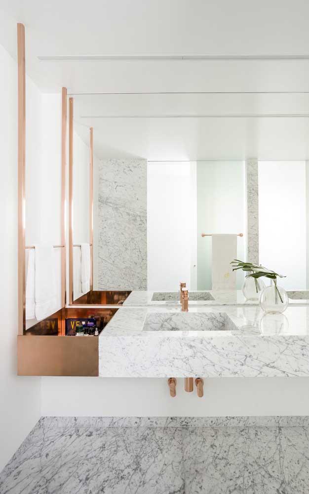 Casa decorada com banheiro de estilo clean; repare no uso do mármore para trazer elegância e refinamento ao espaço