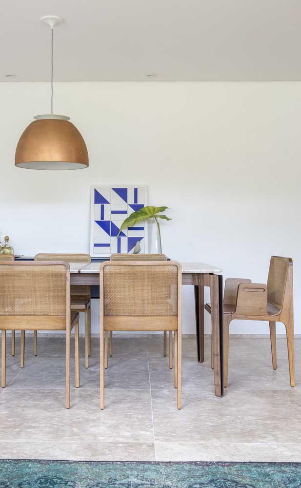 Sala de jantar moderna decorada com móveis de madeira e de design original