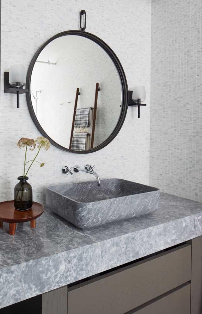 Um banheiro simples, mas com peças que fazem toda a diferença