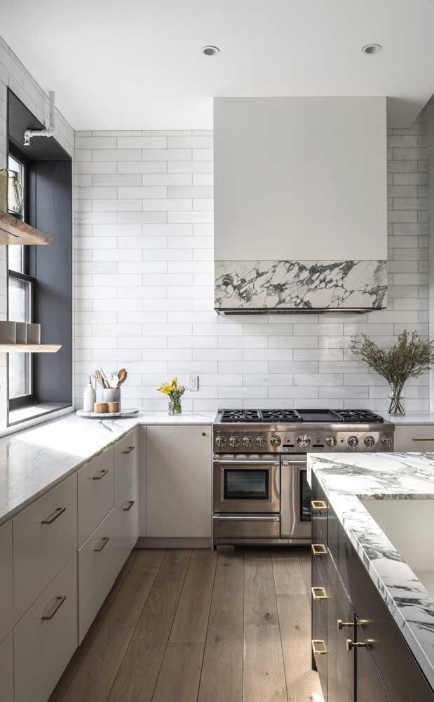 Decoração clássica e clean para essa cozinha ampla