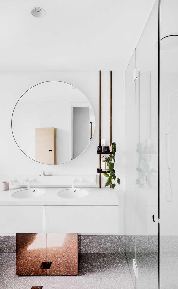 Para quem sonha em ter uma casa minimalista, esse banheiro é uma grata inspiração