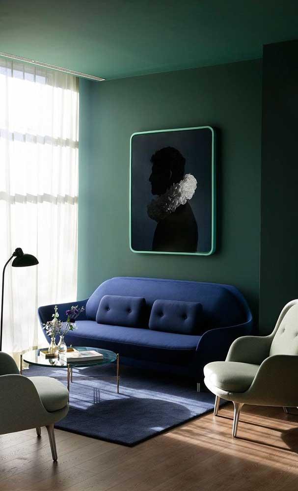 Para quem prefere uma decoração intimista e sofisticada pode apostar na combinação entre verde e azul profundo, inclusive no teto