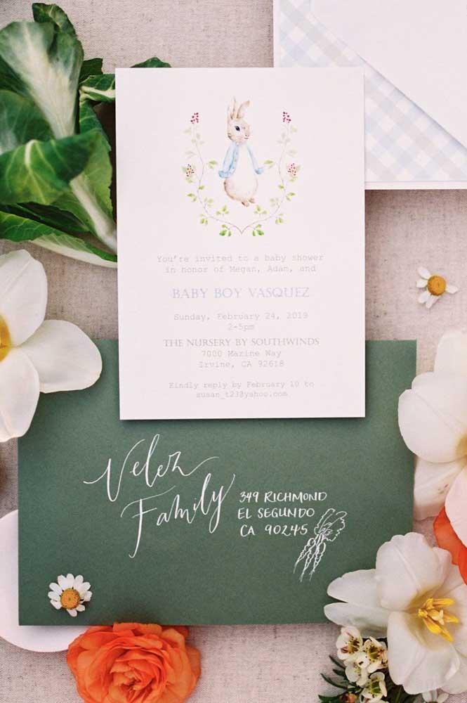Um convite super delicado em papel para o chá de bebê; você pode fazer em casa se tiver uma impressora