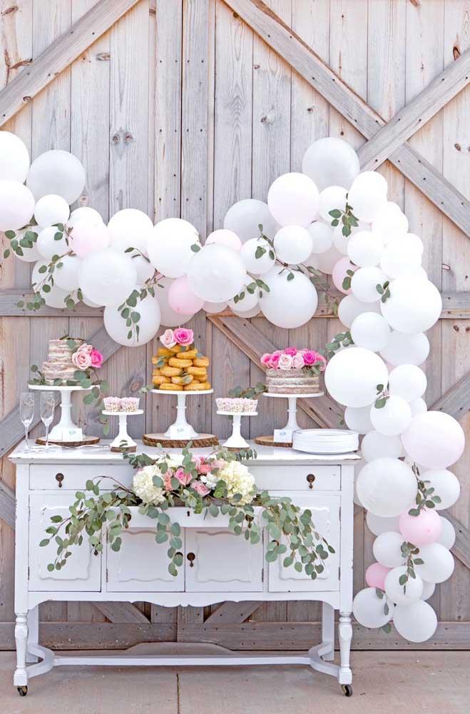 Chá de bebê simples com decoração provençal e arco de balões descontruído