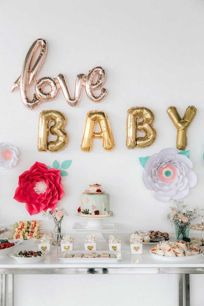 Balões e flores de papel: uma ótima opção de decoração simples, barata e bonita para o chá de bebê