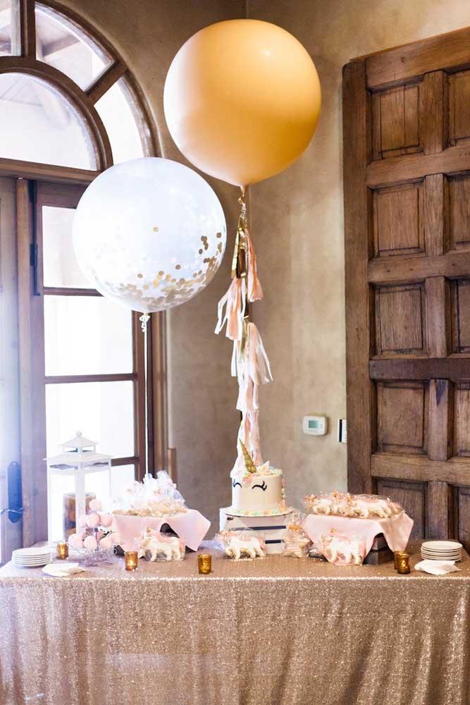Chá de bebê simples com decoração rústica e bolo de unicórnio