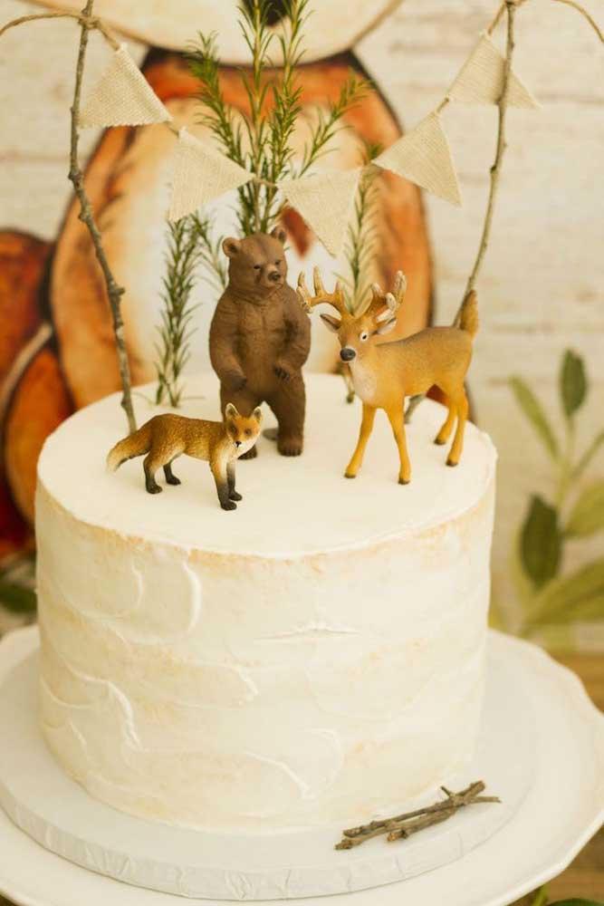 Os animais da floresta decoram o topo desse bolo de chá de bebê