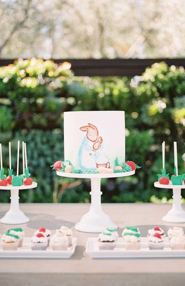 Docinhos simples, mas bem decorados enfeitam a mesa do chá de bebê com tema de coelhinho
