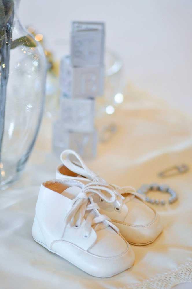 Use os acessórios, roupinhas e sapatinhos que o bebê já tem para integrar a decoração do chá de bebê simples