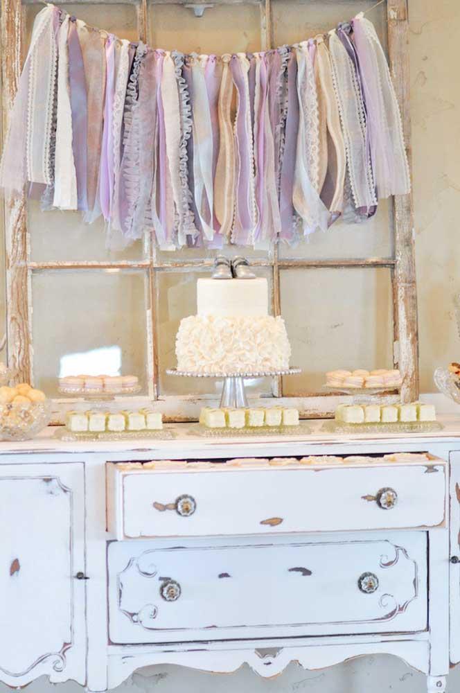 Decoração provençal simples para o chá de bebê; destaque para o bolo decorado com sapatinho