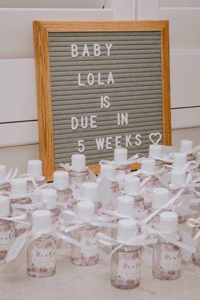 Contagem regressiva para a chegada do bebê! A plaquinha de letras móveis é quem faz o anúncio