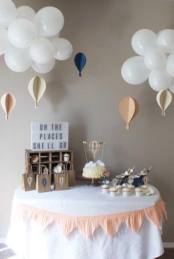 Olha que decoração simples e barata de chá de bebê: bexigas formam as nuvens e pedaços de papel se transformam em balões