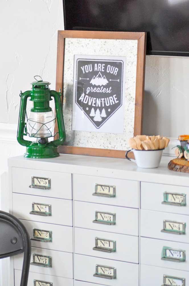 Um quadro personalizado também pode ser usado na decoração do chá de bebê simples