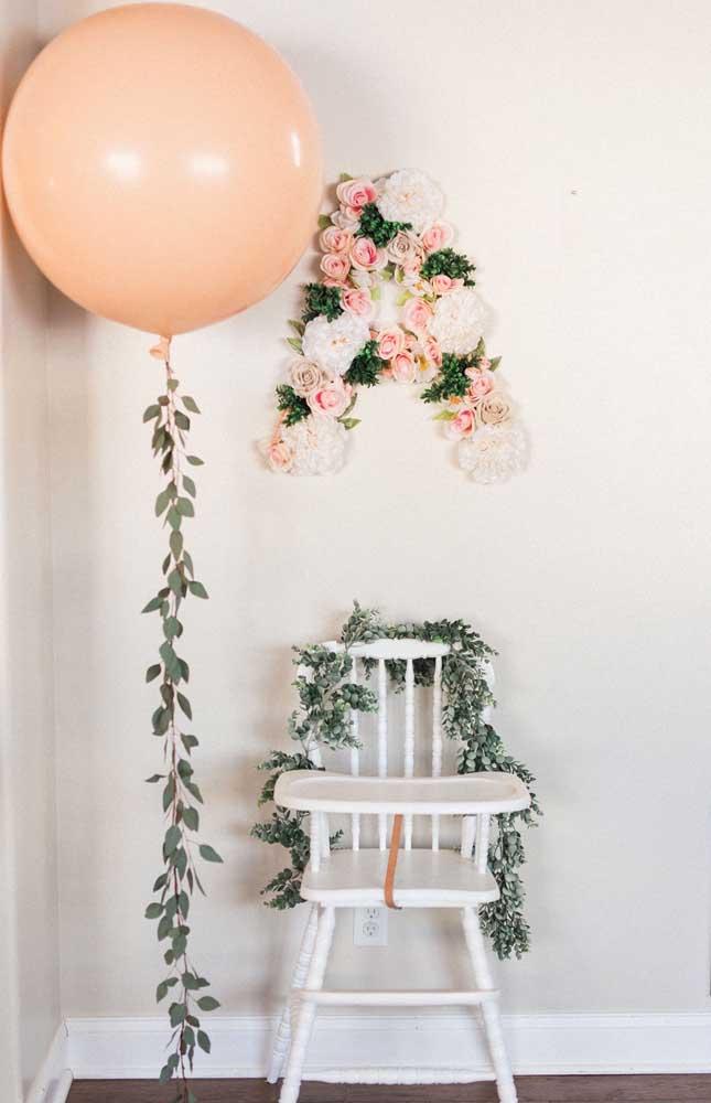 Flores e balão decoram o troninho do futuro rei da casa
