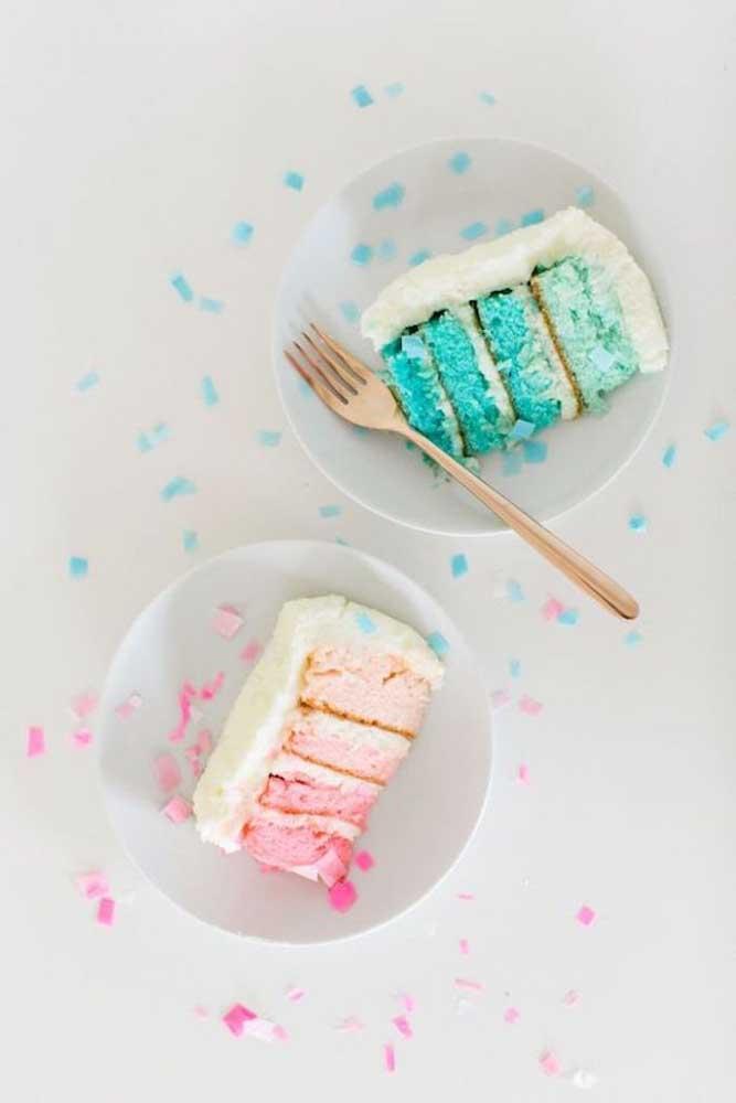 Duas opções diferentes de recheio para o bolo surpresa: azul ou rosa