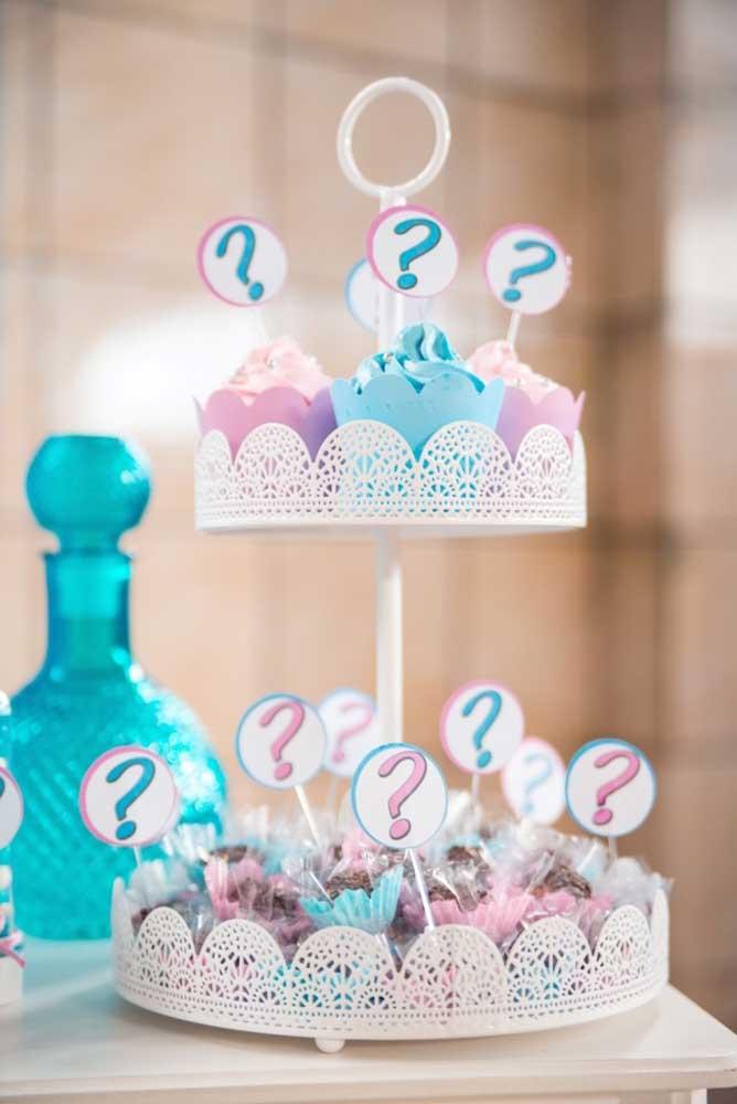 Decore os cupcakes com chantilly rosa e azul