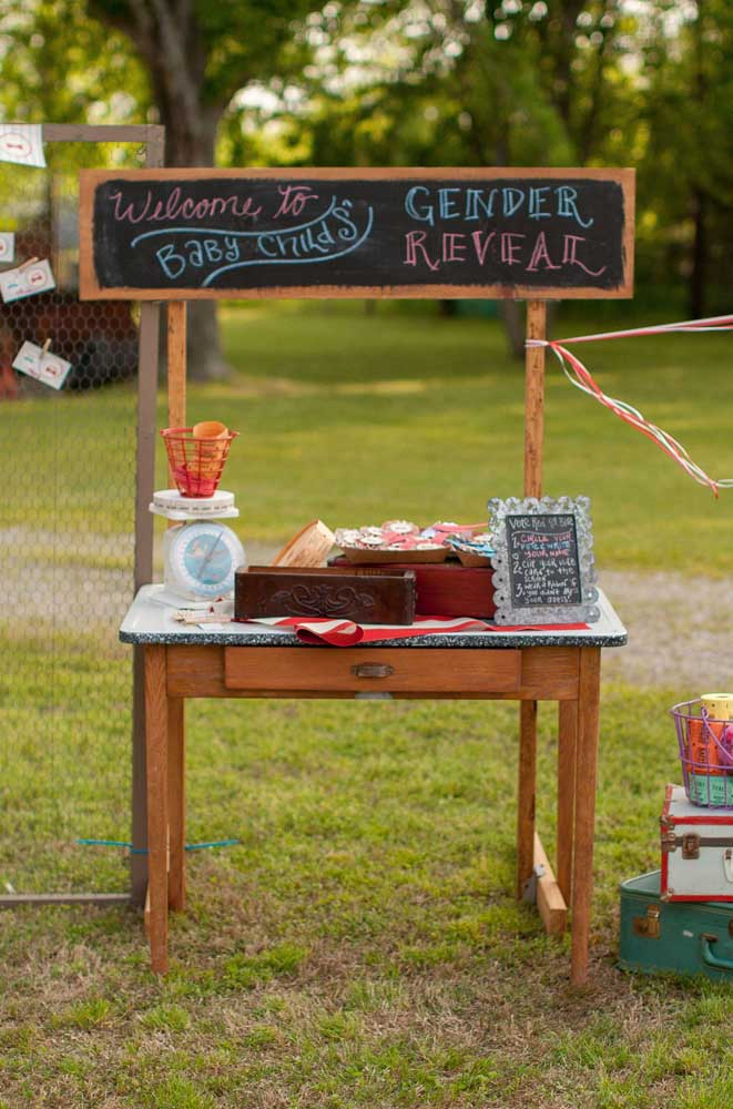 Chá revelação ao ar livre; aqui, o evento conta com uma mesa de votação