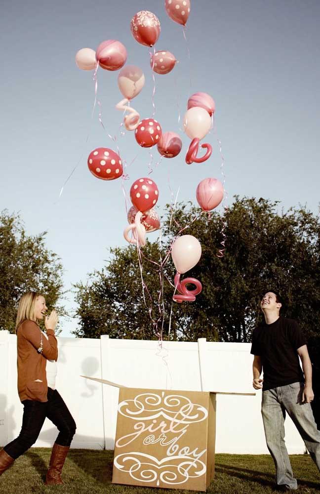 A caixa de balões anuncia: é uma menina! Repare que o rosa tradicional foi substituído por tons de vermelho