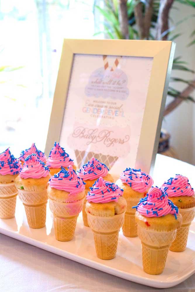Para servir no chá, que tal casquinhas de sorvete com cupcakes?