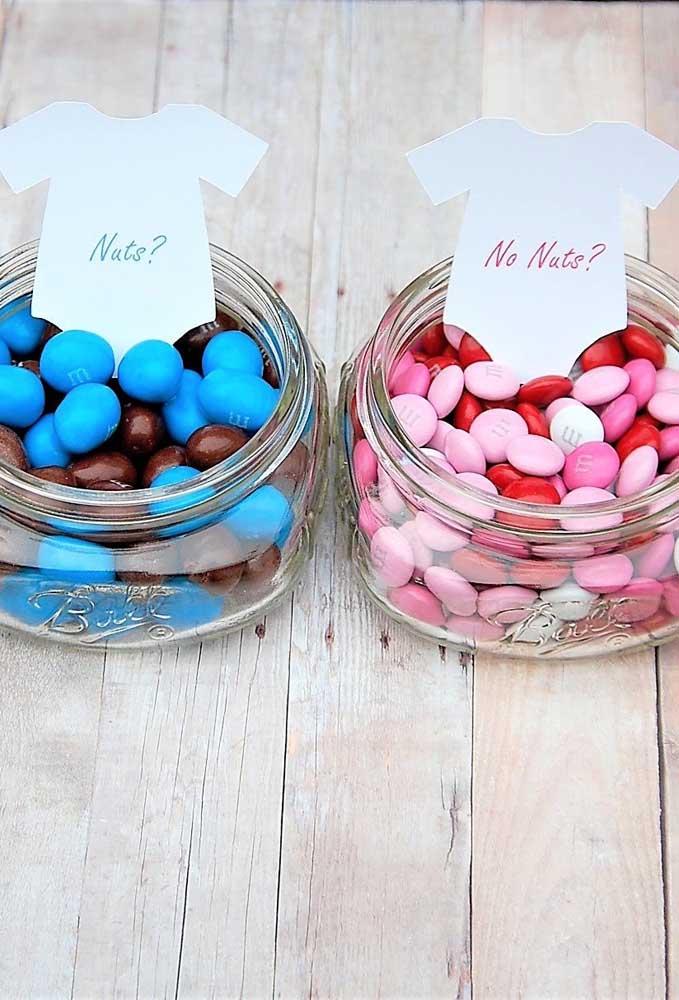 As balinhas com amendoim são para o time dos meninas e as de chocolate para o time das meninas