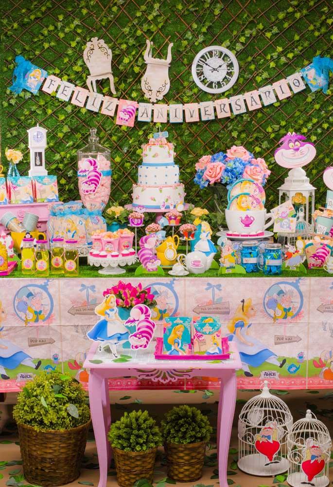 Como o tema central é Alice no país das maravilhas, nada mais justo do que usar a personagem principal em toda decoração da festa.