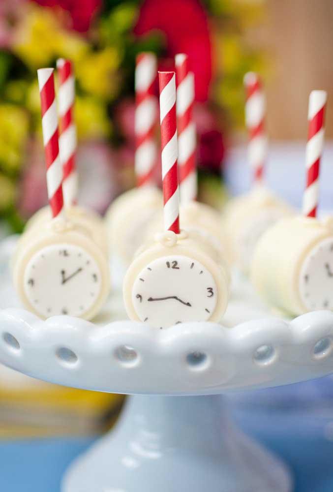 Na hora de fazer o cake pop, o que acha de produzi-lo no formato do relógio fazendo referência ao tema?