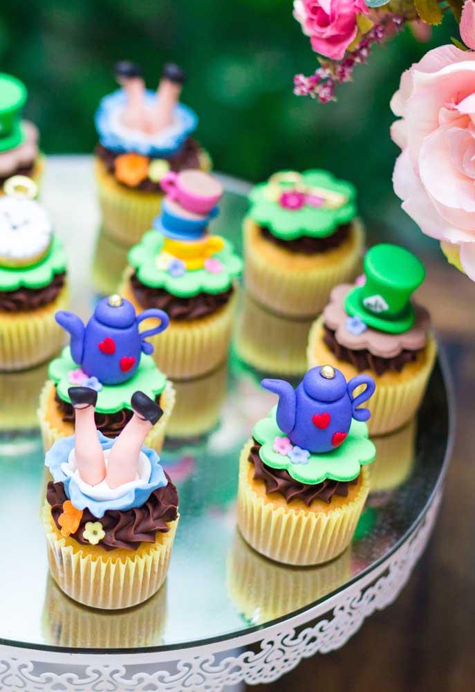 Já pensou como vai decorar o cupcake? Use vários elementos do tema Alice no país das maravilhas e modele no topo do doce.