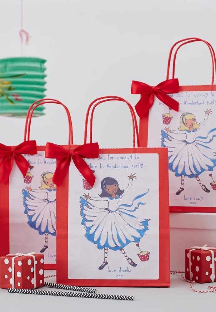 Se a intenção é fazer uma lembrancinha mais simples, porém delicado, compre algumas sacolinhas vermelhas, cole o desenho da Alice e feche com um laço.