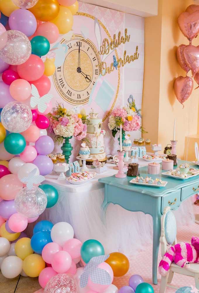 Para fazer a decoração com o tema Alice no país das maravilhas você pode usar arcos com balões desconstruídos que fica um charme só.