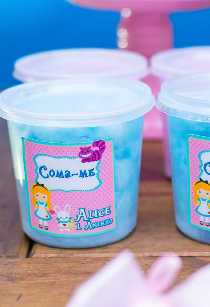 Ao invés de distribuir algodão doce no palito, você pode colocá-lo em potinhos personalizados.