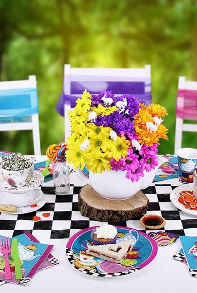A toalha quadriculada nas cores branca e preta é perfeita para decorar a mesa dos convidados, além de vasos com lindos arranjos florais.