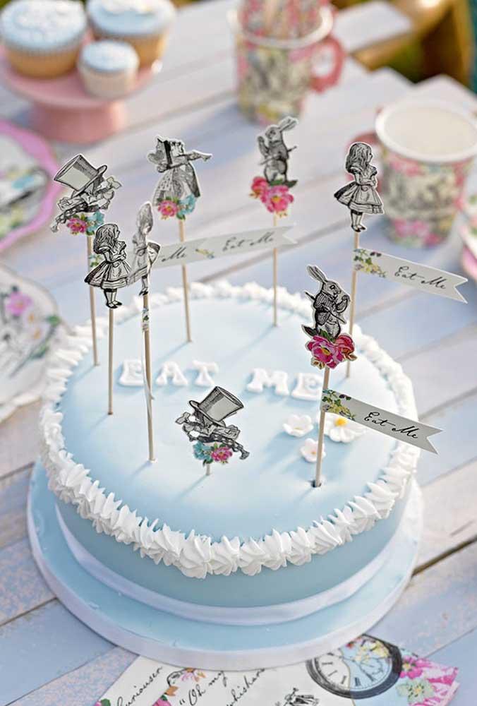 Mesmo que você opte por um bolo mais simples, não deixe de usar os elementos decorativos no topo.