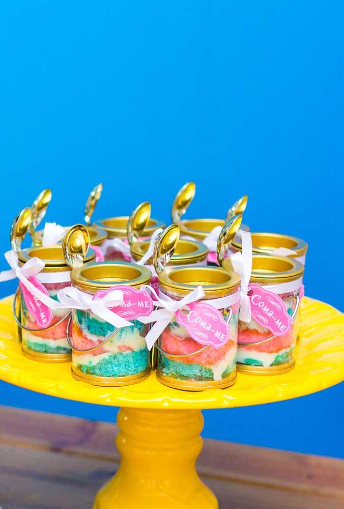 Prepare sobremesas com as cores principais do tema, coloque em potes transparentes e veja o resultado.