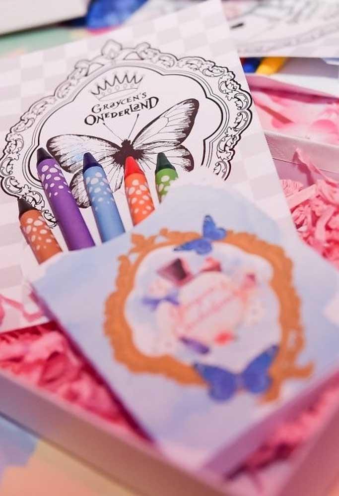 Que tal estimular a criatividade das crianças? Para isso, distribua alguns kits de pintura para elas.