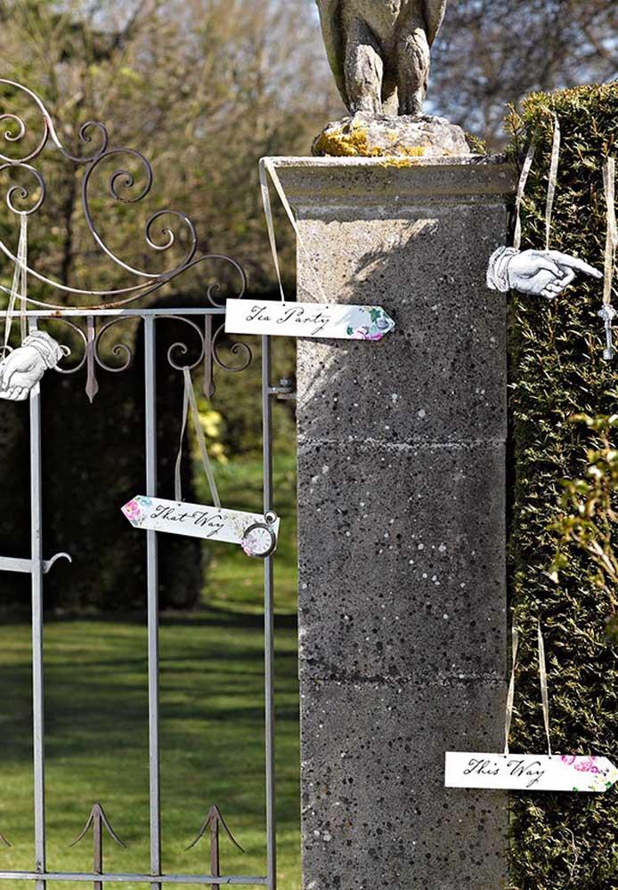 Prepare placas indicativas e espalhe pelo local da festa para deixar não deixar os convidados se perderem.