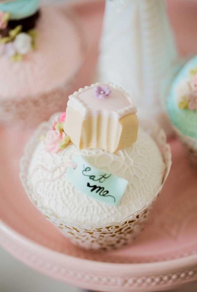 Para seguir uma linha mais provençal, opte por caixinhas no formato de renda para colocar os docinhos e cupcakes.