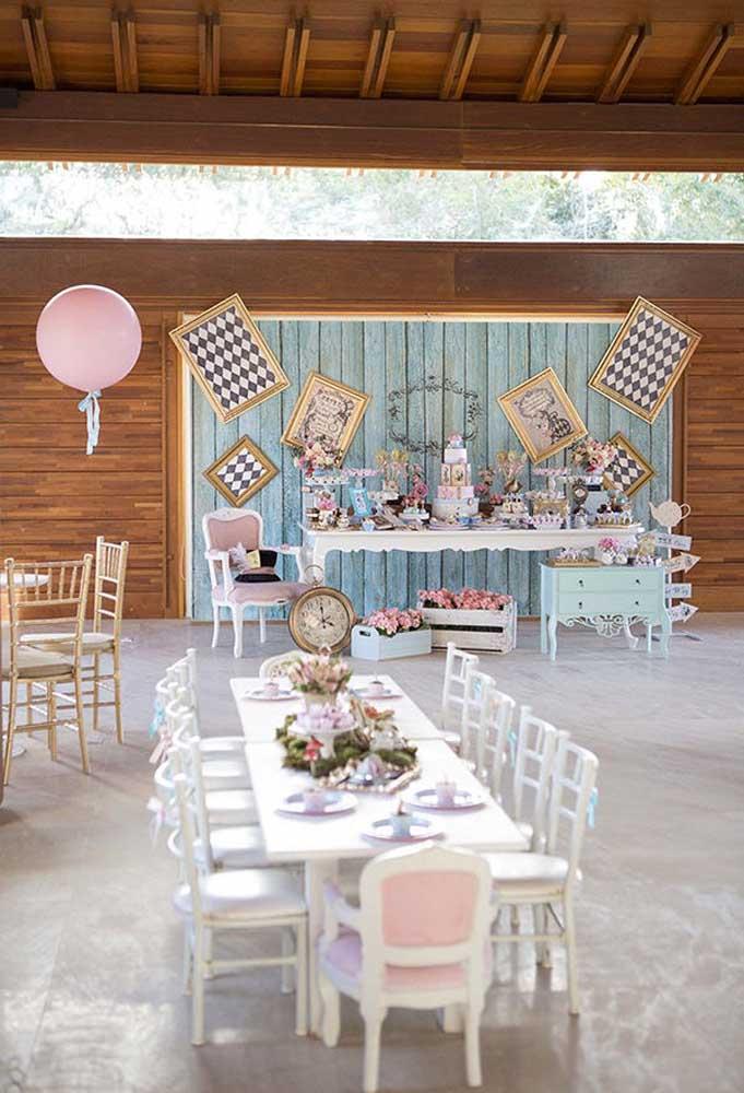 Uma decoração com o estilo provençal pede cores mais suaves como as cores azul e rosa clarinho.
